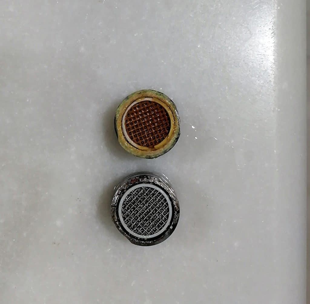 Aireadores, uno con cal y el otro limpio tras tratamiento con vinagre
