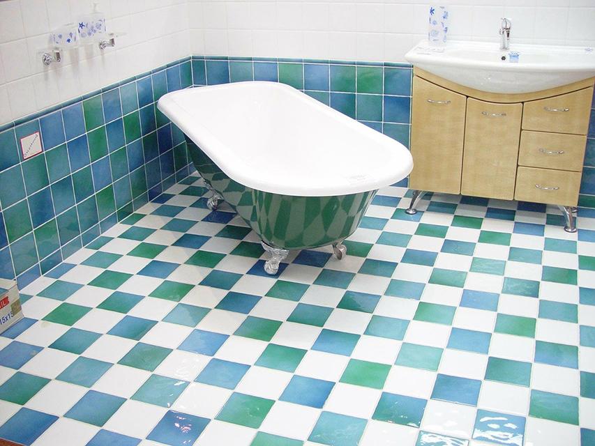 Baño antiguo que necesita una mano de pintura para azulejos