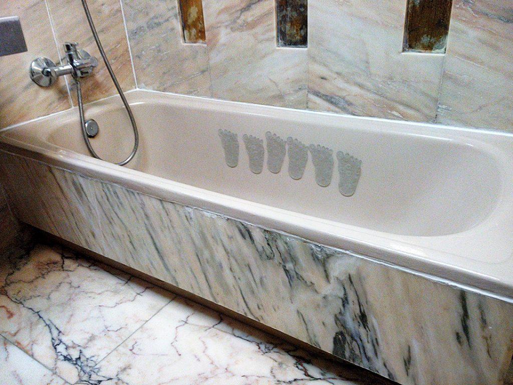 Vista de la bañera ya reparada y pintada