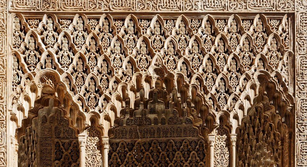 Utilización artística del yeso en arcadas y dinteles de la Alhambra