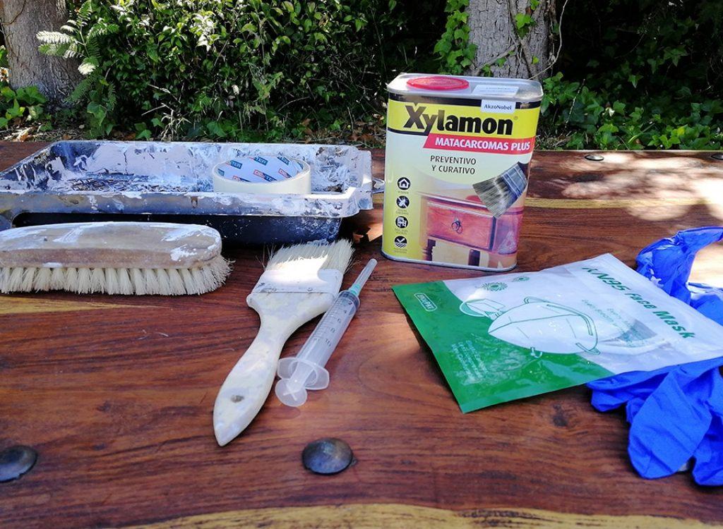 Kit de productos necesarios para eliminar la carcoma: xylamon, brocha, jeringuilla, cubeta, guantes, mascarilla y cepillo