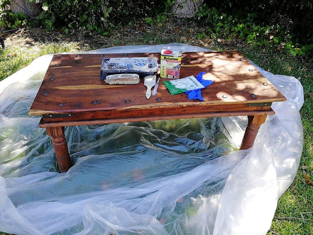 Plástico protector colocado bajo la mesa, para evitar salpicaduras