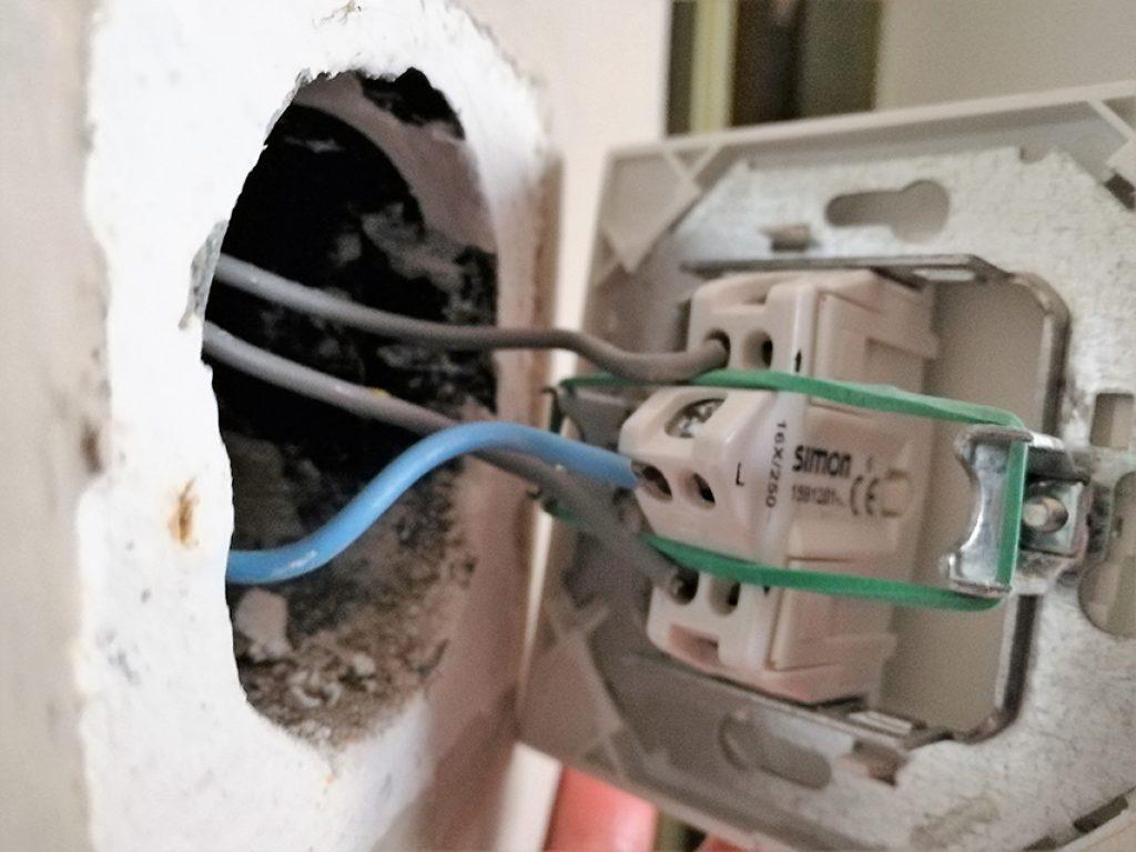 Interruptor principal de un esquema de cruzamiento. El cable azul no actúa como cable neutro.