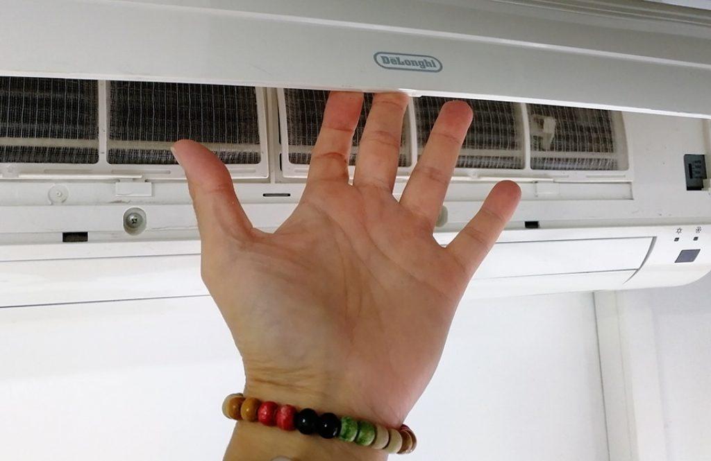 Levanta la tapa protectora del aire acondicionado y echa un ojo a ver cómo están los filtros