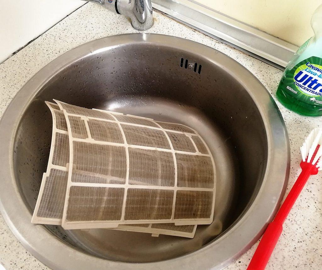 Mete los filtros en el fregadero, y con un cepillo con jabón frota bien. Luego elimina los restos con agua.