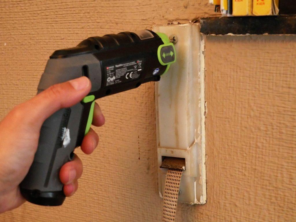 Retiramos los tornillos que ajustan el recogedor de la persiana, con un destornillador eléctrico