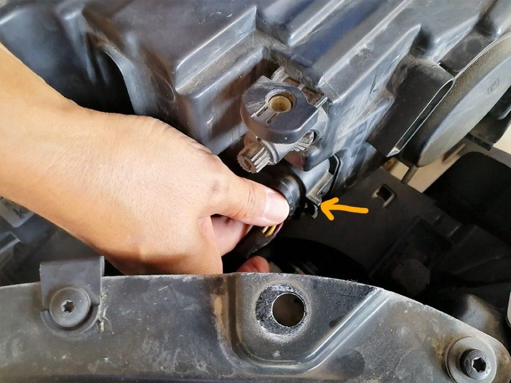 Desconectando la toma de corriente de la óptica del VW Polo V
