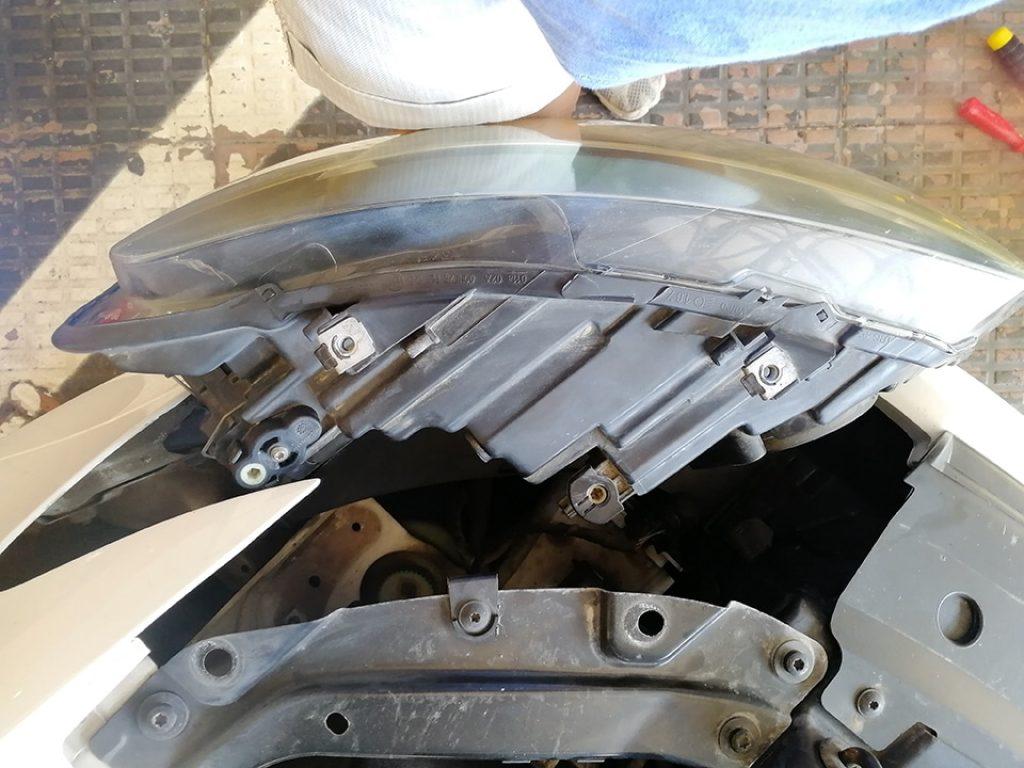 Faro del VW Polo 1.6 TDI sacado de su sitio