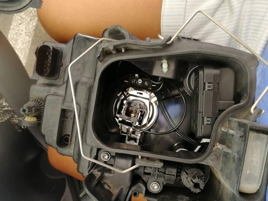 Vista del interior del compartimento donde va a alojada la lámpara H4 del VW Polo V